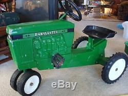 Vintage pedal car ertl Farmaster pedal tractor and trailer, Nice